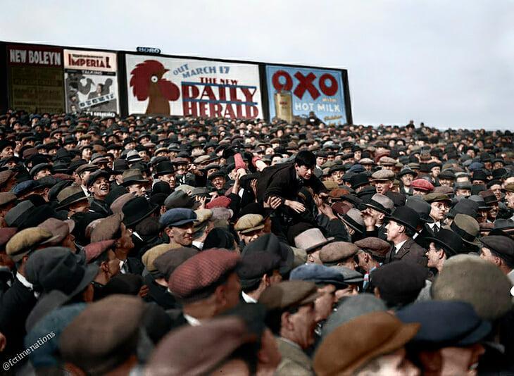 1930. Зрители пренасят момчето по-близо до полето.