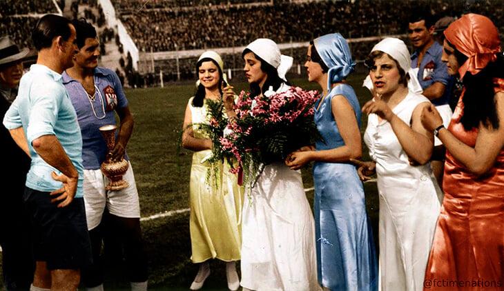 Момичета с букети преди полуфинала на Световната купа през 1930 г.